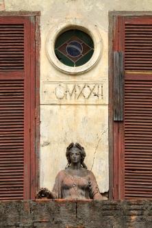 Na fachada principal veem-se um dos diversos vitrais circulares da construção, além da inscrição MCMXXII, em referência ao ano de inauguração do complexo.