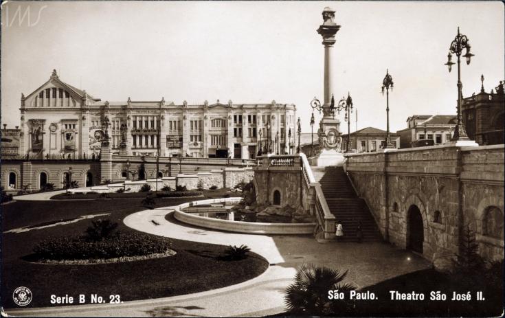 O Teatro São José junto à Praça Ramos de Azevedo, em foto de Guilherme Gaensly.